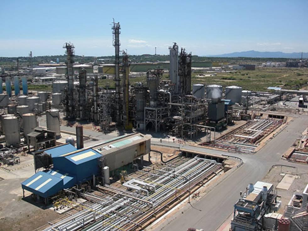 Instalaciones de la empresa Industrias Químicas del Oxido de Etileno (IQOXE) en La Canonja (Tarragona).