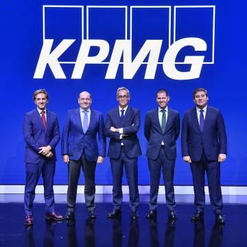 De izquierda a derecha, los abogados César Salagaray, José Marí, Carlos García del Cerro, Miguel Ferrández y Antonio Fernández, durante un acto de presentación de KPMG.