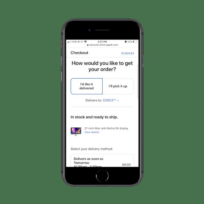 Apple appose le bon de commande total de l'acheteur en haut de l'écran au fur et à mesure qu'il faites défiler la page de paiement mobile.