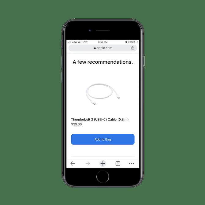 Apple affiche une variété de produits incitatifs au bas de sa page de paiement, comme le câble Thunderbolt 3.