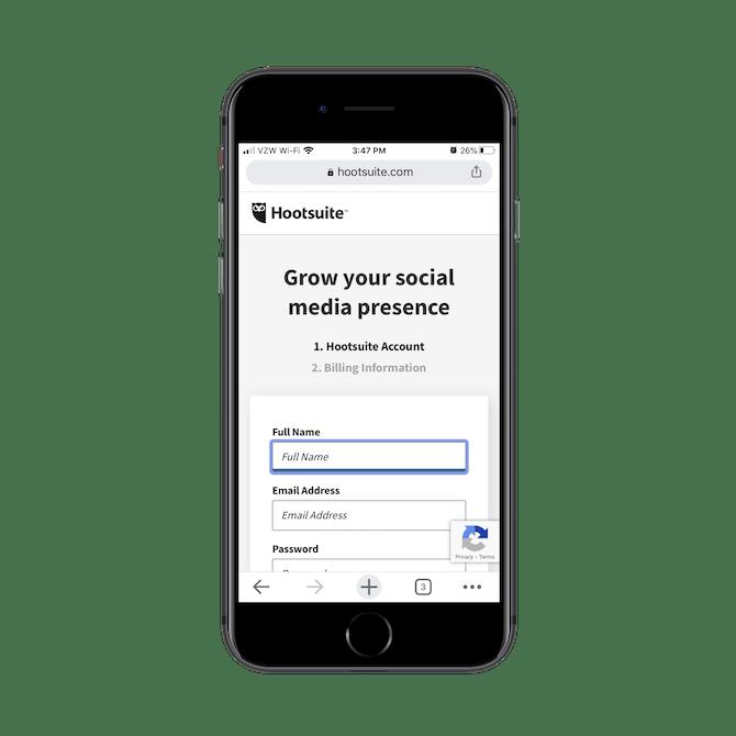 Hootsuite demande aux nouveaux utilisateurs mobiles de créer un compte, en saisissant leur nom complet, leur adresse e-mail et en créant un mot de passe.
