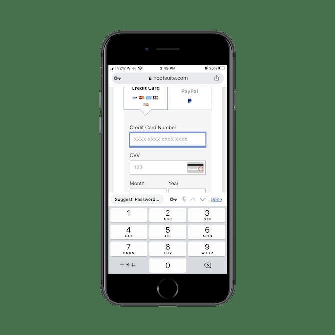 Le formulaire d'inscription de Hootsuite ajuste le clavier lorsque les utilisateurs se déplacent entre les champs. Pour le champ Numéro de carte de crédit, le clavier numérique s'affiche.