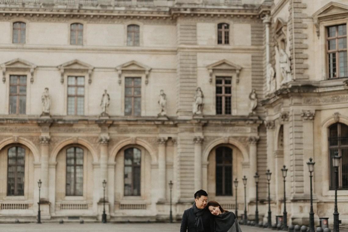 Couple photo Louvre Paris Pyramid
