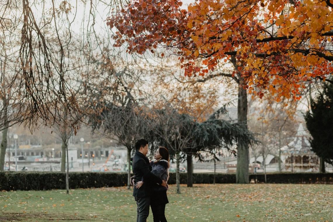 couple photo Paris autumn leaves