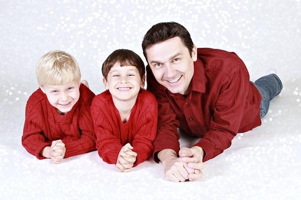 家族が写っている写真をデスクに飾る