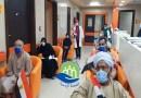 بينهم 3 كانوا بالرعاية المركزة.. خروج 13 شخصًا من عزل مستشفى إسنا بعد تعافيهم من كورونا (صور)