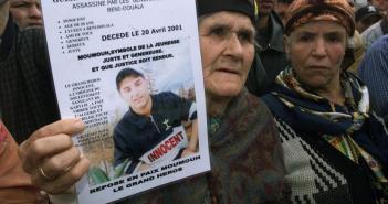 جدة الشاب ماسينيسا قرماح تحمل صورة طالب الثانوية الذي قتل برصاص الدرك في منطقة القبائل في صورة التقطت في 06 مايو 2001
