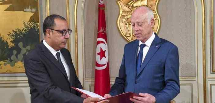 هذا هو النص الدستوري الذي استند له الرئيس التونسي لتعطيل البرلمان وإعفاء رئيس الوزراء..