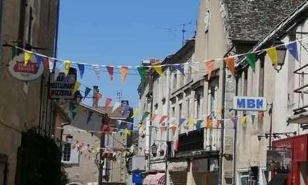 Installation des fanions dans le village