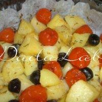 Patate, pomodorini e olive al forno