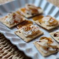 Stuzzichini al Parmigiano con miele e polvere di caffè