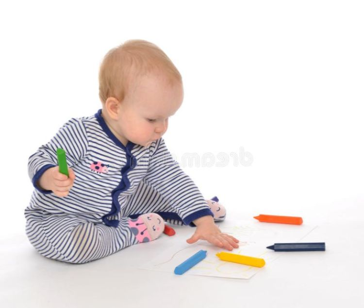 infant-child-baby-toddler-sitting-drawing-painting-color-pe-pencils-crayons-white-background-42280500 Развитие ребенка: Особенности развития зрения детей.