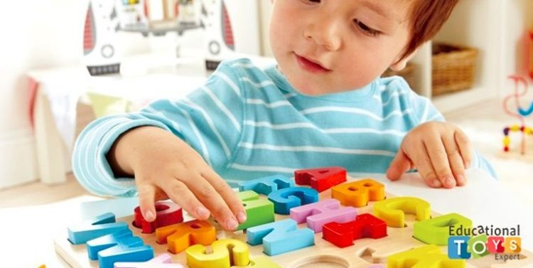 Child-Kid-Toddler-Playing-with-ABC-Alphabet-Letters-Wooden-Puzzle-1 Этапы развития ребенка: 13-24 месяц.