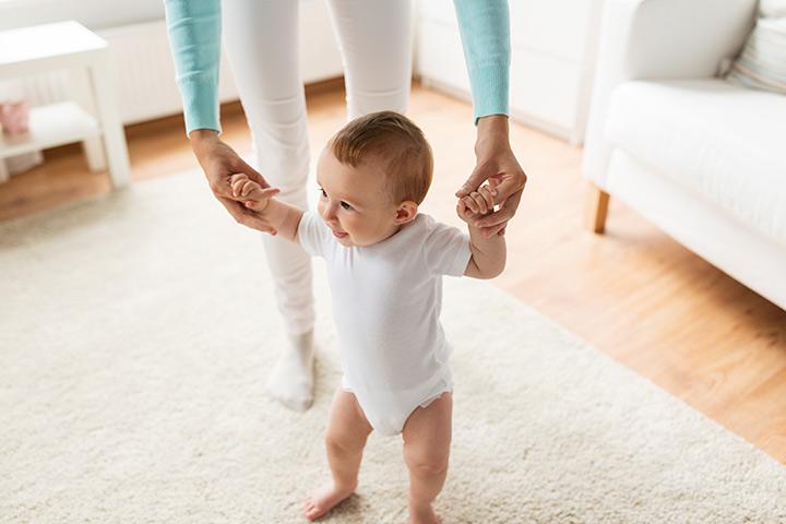 Bouncing-on-the-legs 15 развлечений для 6 месячных малышей.