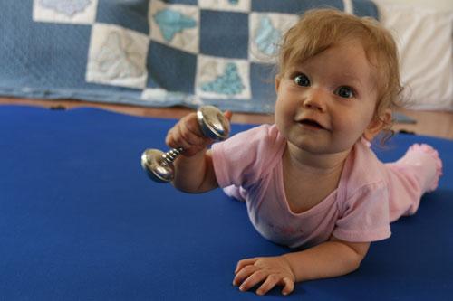 silver-dumbell-rattle-1 4 упражнения для физического развития младенцев.