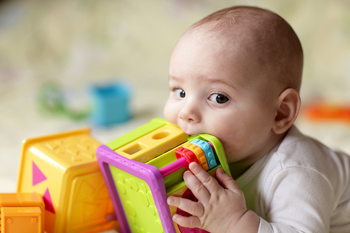 Your-Baby-From-Putting Ребенок тянет всё в рот, нужно ли что-то с этим делать