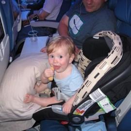 В самолёт с младенцем, влияние на здоровье и успокоение плача.