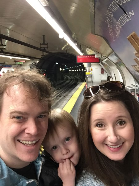 Export_DaddysGrounded_Spain_Madrid_Subway_Selfie