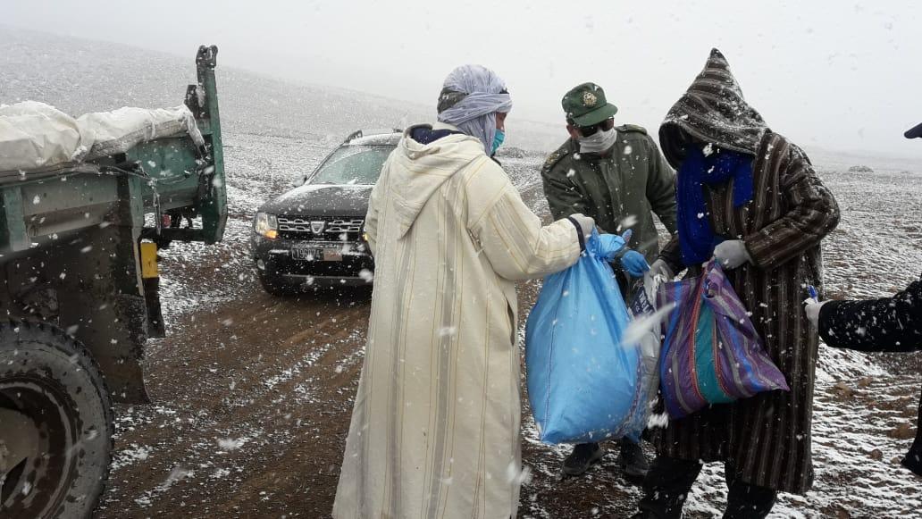 سلطات ميدلت  تمنح 41 أسرة من الرحل مساعدات غذائية لمواجهة تداعيات وباء كوفيد 19