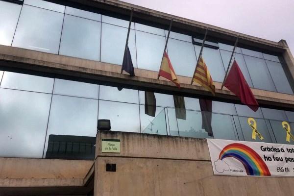 Banderes a mig pal a l'Ajuntament de Sant Fruitós de Bages | AjSFB