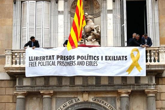 Llibertat presos polítics i exiliats» a la façana del Palau de la Generalitat | NacióDigital