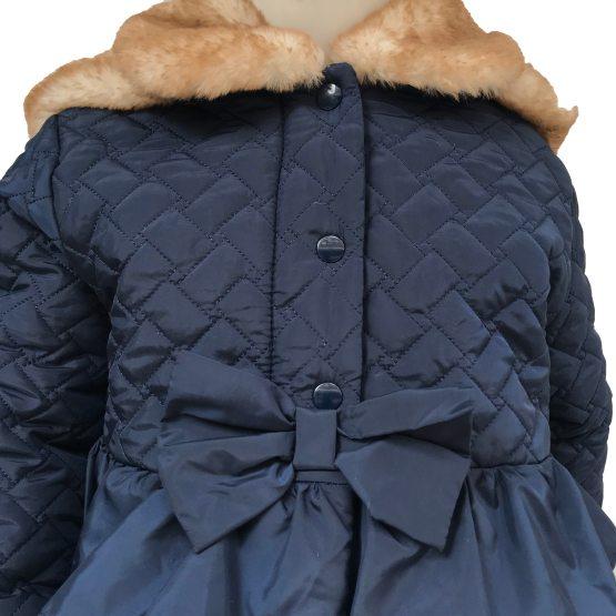detalle Coco Acqua abrigo acolchado azul con volantes