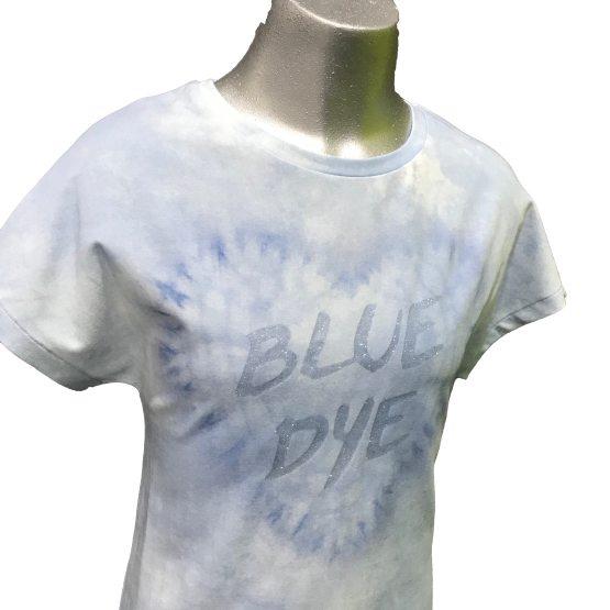 detalle Elsy camiseta azul desgastado corazón