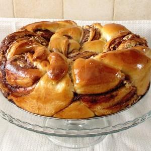 עוגת שמרים מופלאה עם שוקולד חלבה ואגוזים