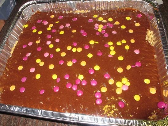 עוגת בראוניס עם סוכריות עדשים צבעוניות