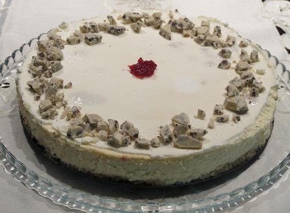 עוגת גבינה חגיגית עם פטל ושוקולד לבן