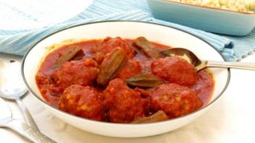 התוספת כבר בפנים – קציצות בשר ופתיתים ברוטב עגבניות ובמיה