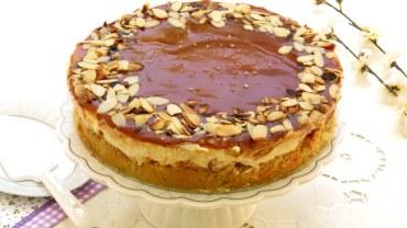 עוגת גבינה עם שכבות מטריפות של שקדים וקרמל מלוח