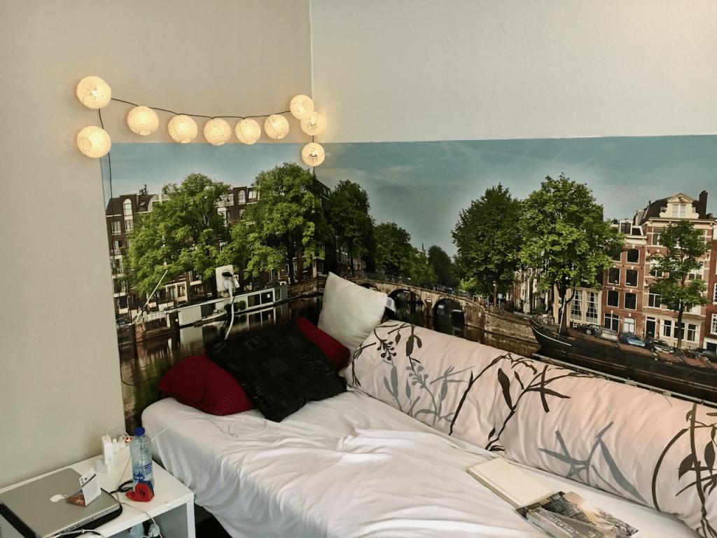 Die Lichterkette über dem Bett wurde sofort für mehr Gemütlichkeit aufgehängt!
