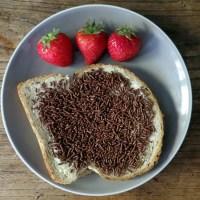 Hagelslag auf Brot und Erdbeeren