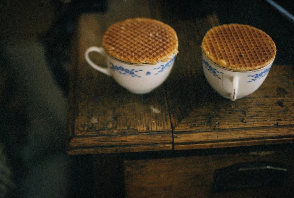 Stroopwafel auf einer Tasse um warm zu werden