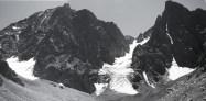 Kaçkar Tepesi , Mezovit çayırı, Kaçkar dağları, Rize. Doğu Karadeniz dağlarının en yüksek zirvesi Kaçkar tepesi. Fotoğrafta görülen büyük ve küçükbuzullar dağın hemen kuzeyinde yer alıyor. Büyük buzul bir askı vadide yer alıyor ve topoğrafyanın dikleştiği kesiminde düşey doğrultuda akışını sürdürüyor. Küçük buzul ise dağın kuzeydoğu yüzünün dibinde yer almaktadır ve yamacı kaplayan bir görüntü sergiler. Dağın kuzeydoğu sırtı Büyük ve Küçük buzulun arasındaki kesimden yükseliyor. Egger'in çıktığı rota muhtemelen oralarda bir yerde.