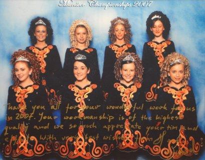 Grupa taneczna z Irlandii w sukienkach szytych na zamówienie.