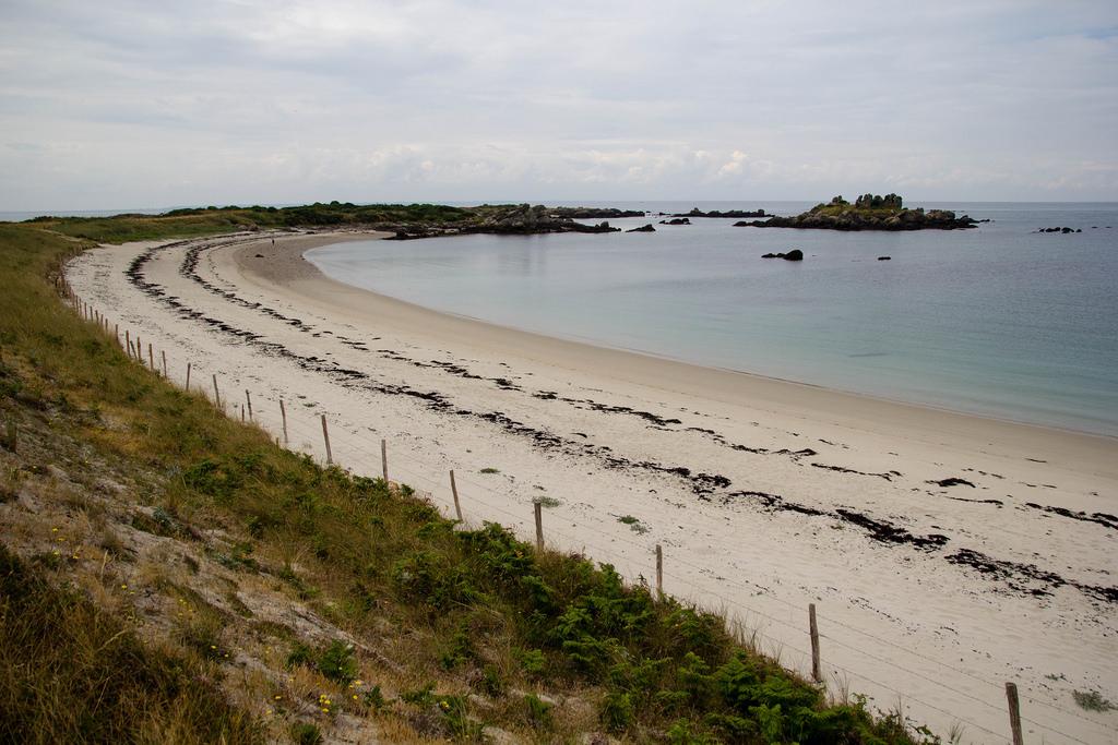 Une belle plage de sable blanc.