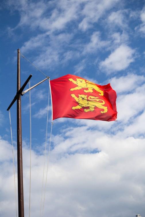 Drapeau de la Normandie, au vent.