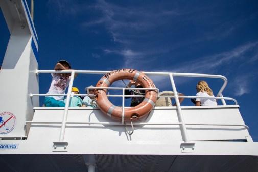 Enfants sur le bateau, regardant l'horizon.