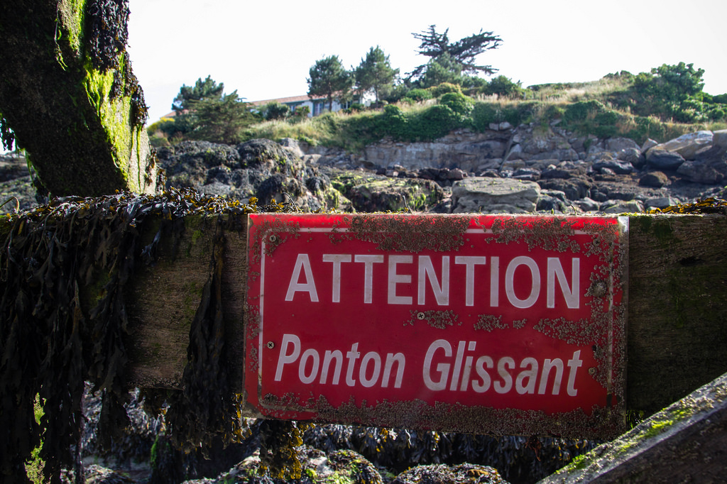 "Panneau ""Attention Ponton Glissant"""