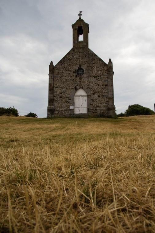 Une église, presque au milieu d'un champ.
