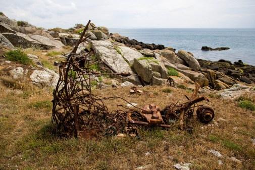 Sculpture faite de metal recyclé, toute rouillée.