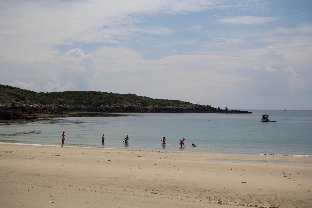 Baigneurs sur la plage.