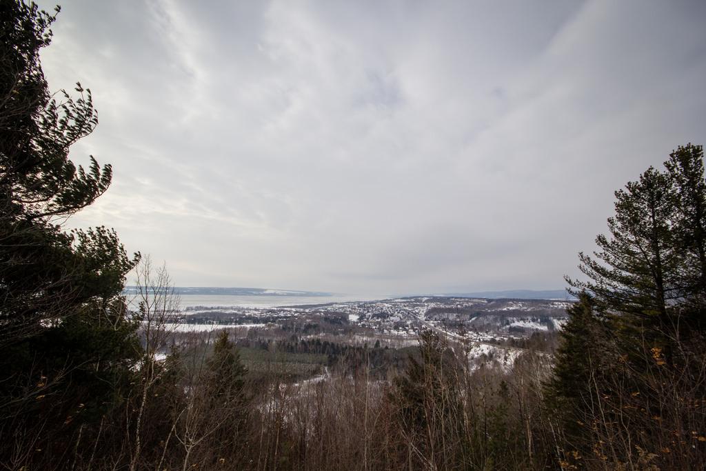 En hauteur, vue sur le Saint Laurent gelé.