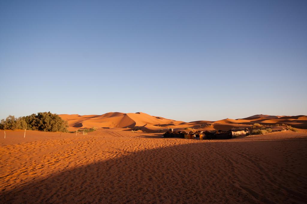 Campement aux portes des dunes du Sahara.