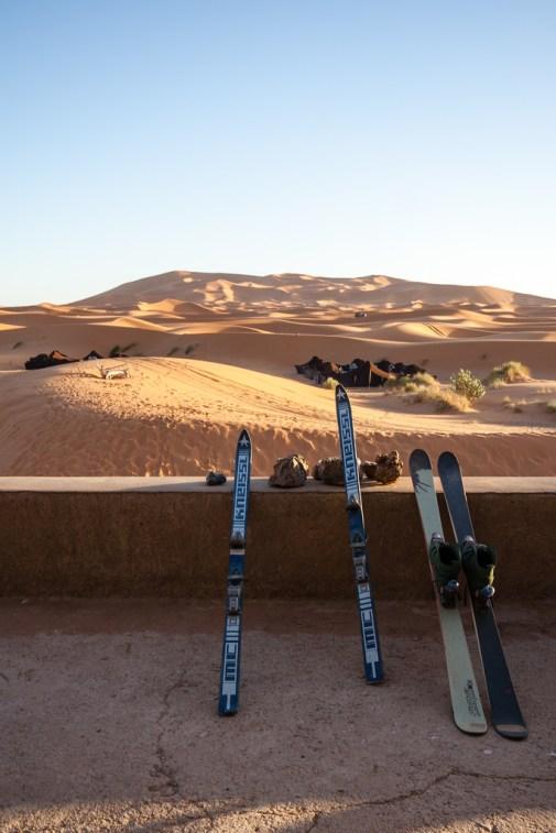 Des skis en plein désert, première surprise sur place !