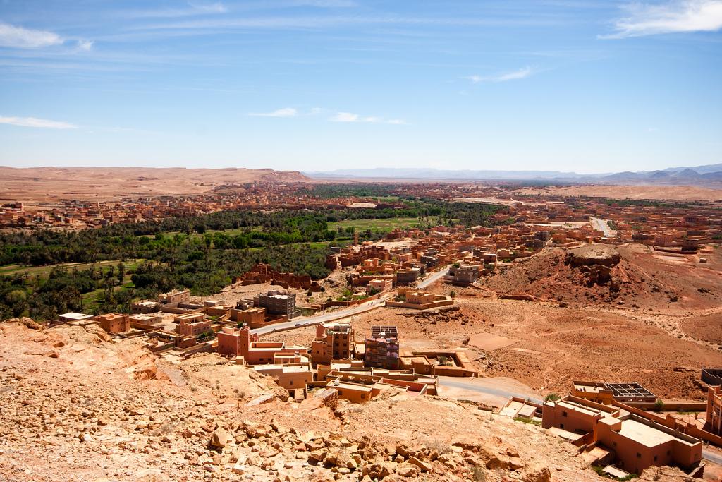 Vue d'en haut de l'oasis, seule au coeur du désert.