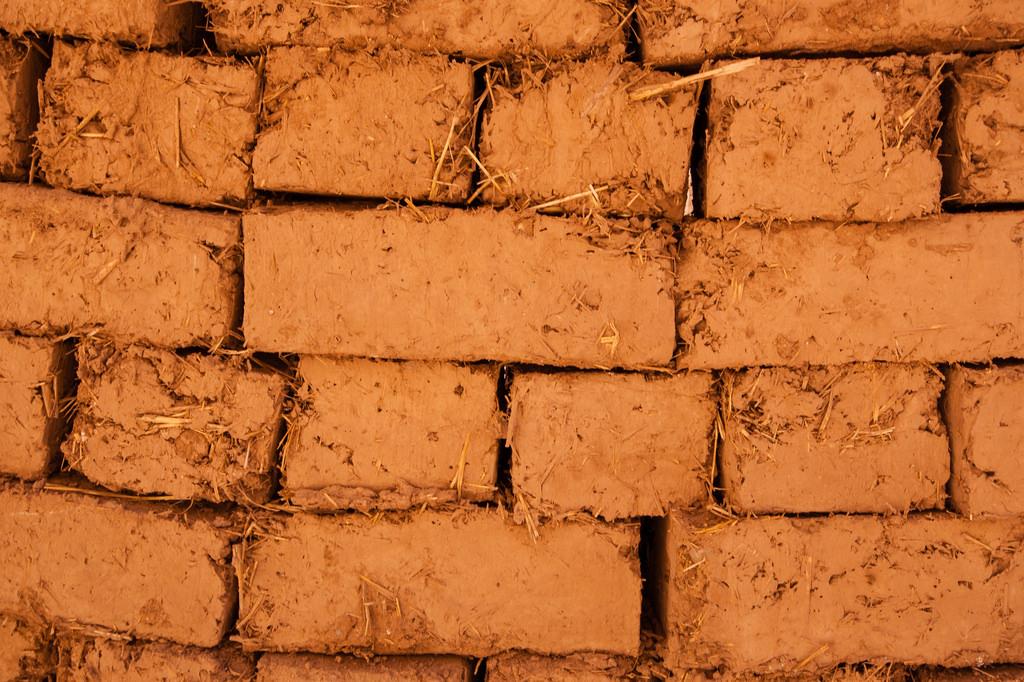 Zoom sur les briques, de paille et de terre.