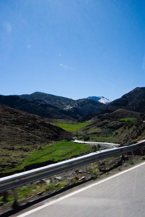 Sur la route, encore de la verdure et un sommet enneigé.